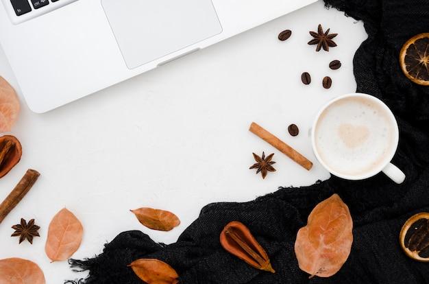 Vue de dessus des feuilles d'automne avec café