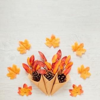 Vue de dessus des feuilles d'automne dans le cornet de crème glacée