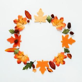 Vue de dessus des feuilles d'automne sur fond blanc