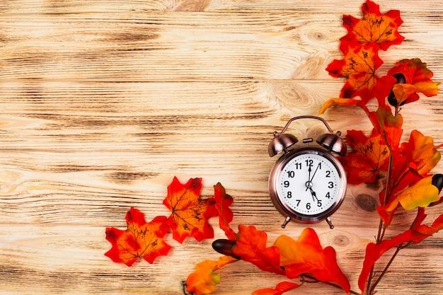 Vue de dessus feuilles d'automne avec horloge