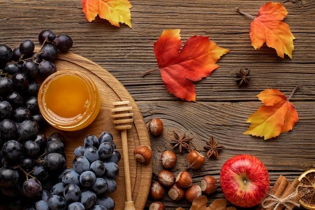 Vue de dessus des feuilles d'automne et de la nourriture