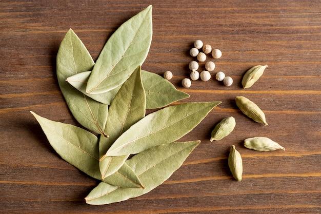 Vue de dessus des feuilles de laurier au poivre