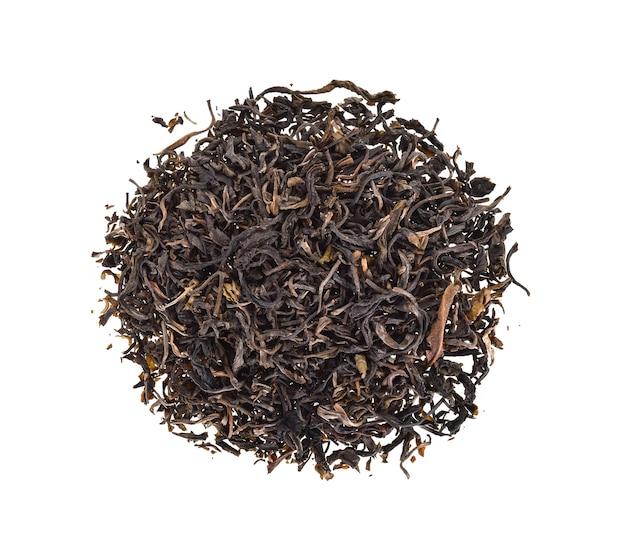 Vue de dessus des feuilles de thé séchées sur fond blanc.