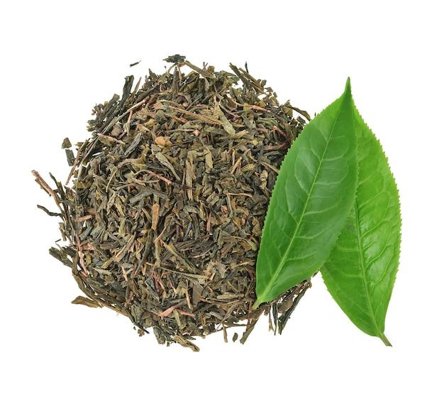 Vue de dessus des feuilles de thé vert avec des feuilles de thé séchées isolées sur fond blanc.