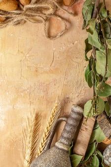 Vue de dessus des feuilles vertes avec des cordes sur un bureau en bois