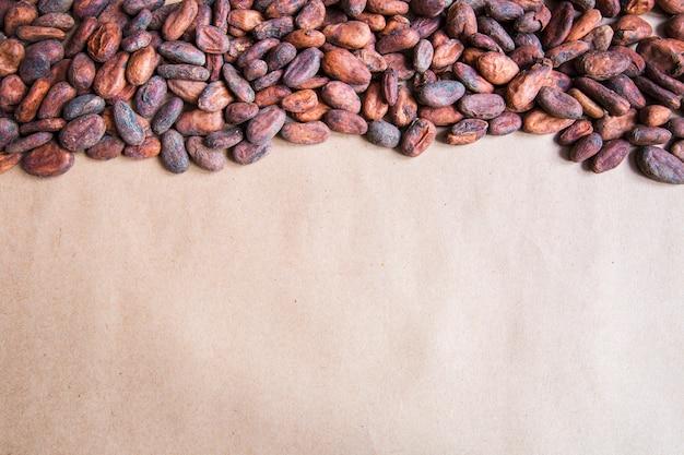Vue de dessus de fèves de cacao. cacao aromatique. concept de chocolat. espace de copie.