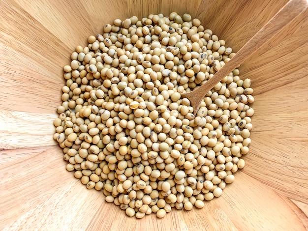 Vue de dessus des fèves de soja dans un bol en bois