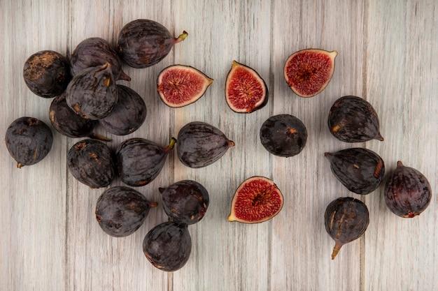 Vue de dessus des figues de mission noires mûres fraîches isolées sur un mur en bois gris