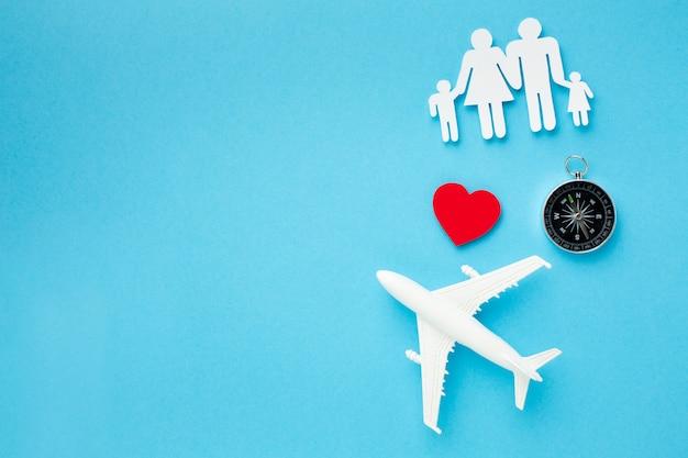 Vue de dessus figure de famille avec avion en papier et boussole