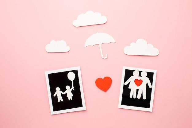Vue de dessus des figures de la famille avec des photos instantanées