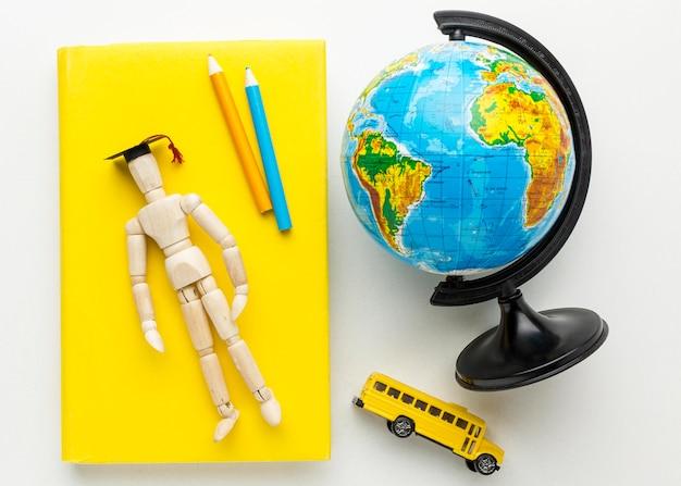 Vue de dessus de la figurine en bois avec capuchon académique et globe