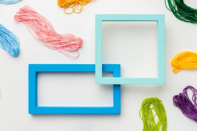 Vue de dessus fil et cadres colorés