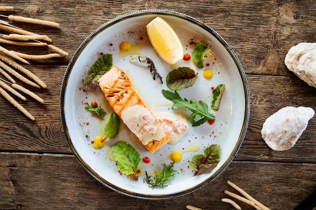 Vue de dessus sur le filet de saumon grillé