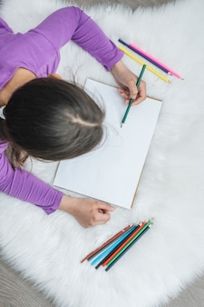 Vue de dessus de fille peinture