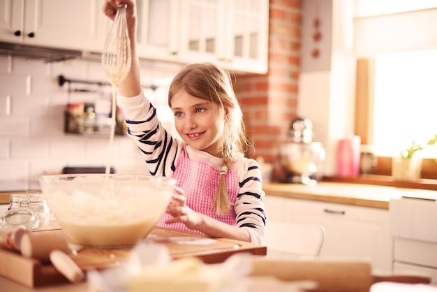 Vue de dessus de fille préparant la pâte