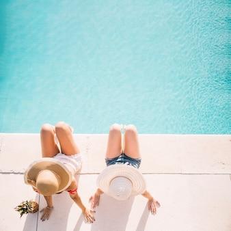 Vue de dessus des filles en face de la piscine