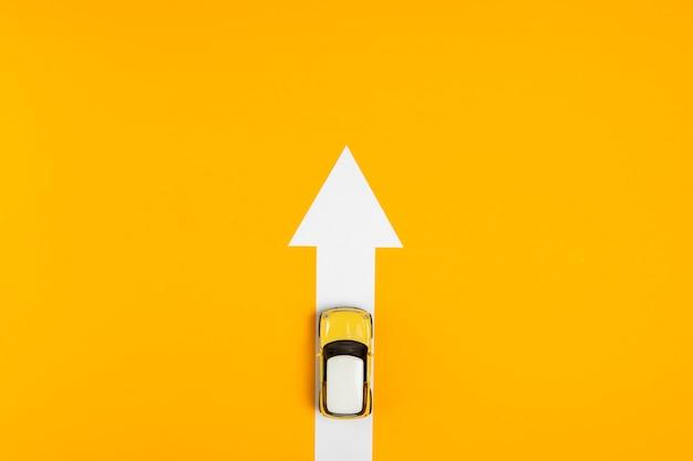Vue de dessus flèche avec itinéraire en voiture