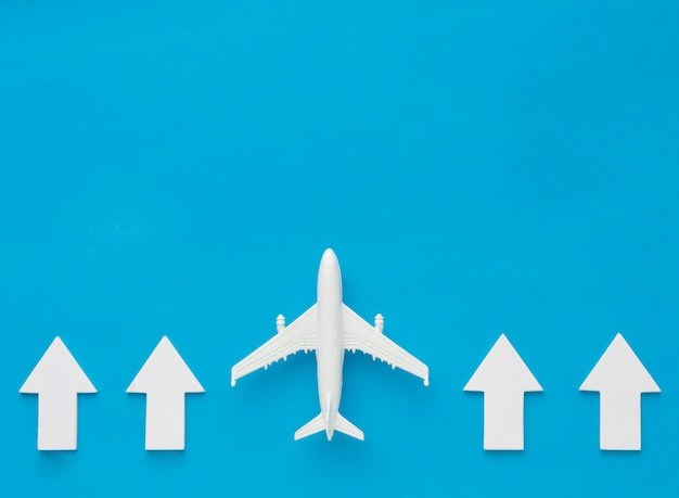 Vue de dessus des flèches et de l'avion pointant vers le haut