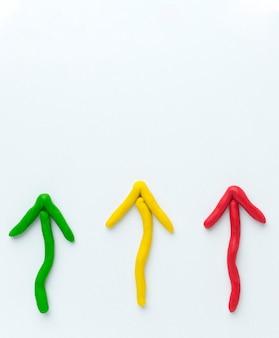 Vue de dessus des flèches colorées pointant vers le haut