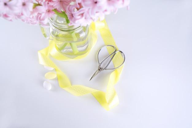 Vue de dessus de la fleur de jacinthe fraîche dans un vase avec des ciseaux vintage