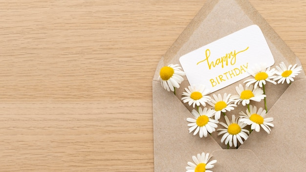 Vue De Dessus Des Fleurs D'anniversaire Dans Une Enveloppe Photo gratuit