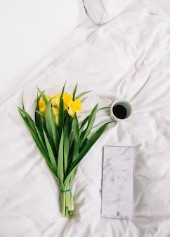Vue de dessus de fleurs au lit