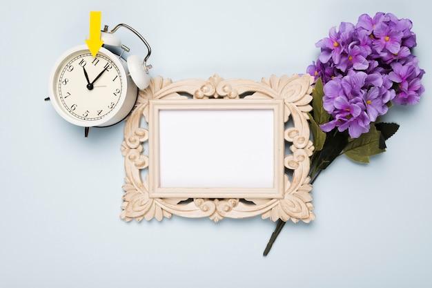 Vue de dessus des fleurs à côté du cadre et de l'horloge