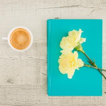 Vue de dessus des fleurs et livre