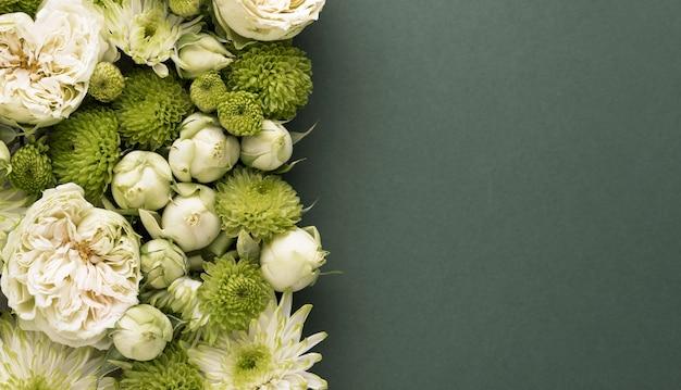 Vue de dessus de fleurs magnifiquement colorées avec espace de copie