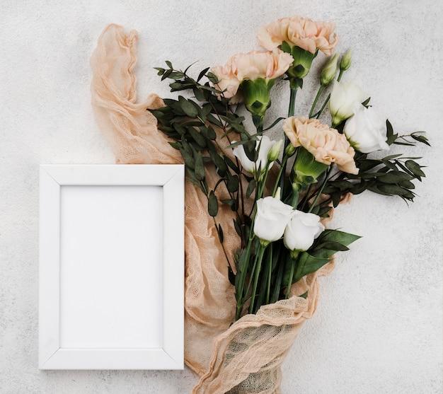 Vue de dessus des fleurs de mariage avec cadre
