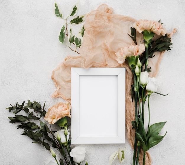 Vue de dessus des fleurs de mariage avec concept de cadre