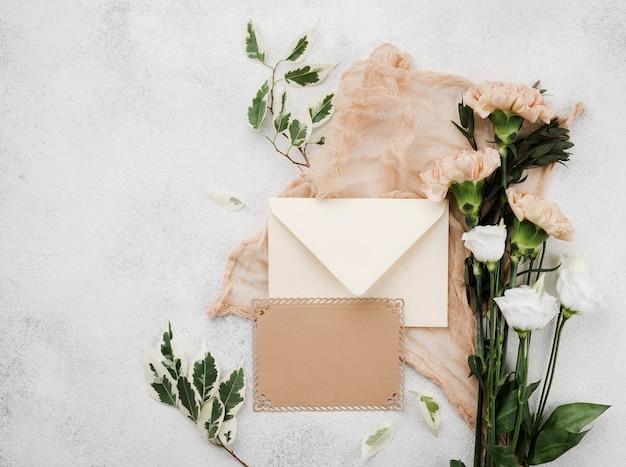 Vue de dessus des fleurs de mariage sur la table