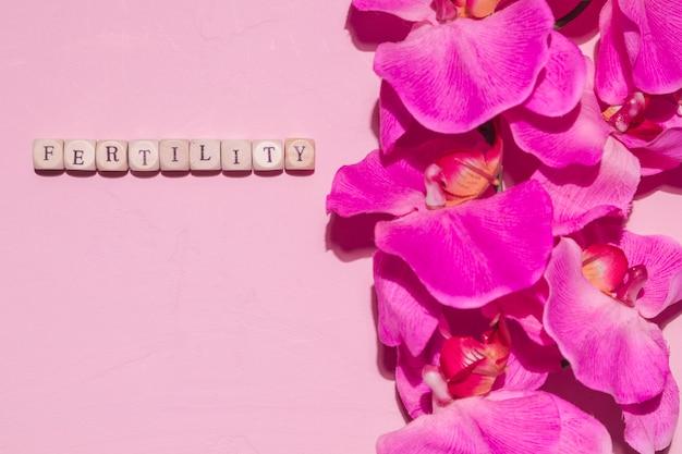 Vue de dessus des fleurs avec mot