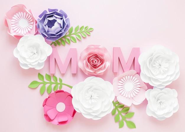 Vue de dessus des fleurs en papier pour la fête des mères