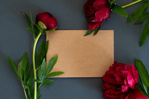 Vue de dessus des fleurs de pivoines sur fond sombre avec espace de copie à plat poser