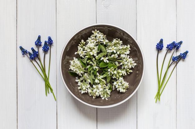 Vue de dessus des fleurs de printemps sur la plaque
