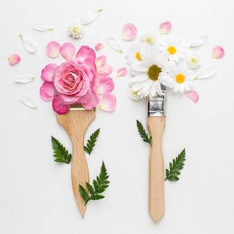 Vue de dessus fleurs roses et pinceau