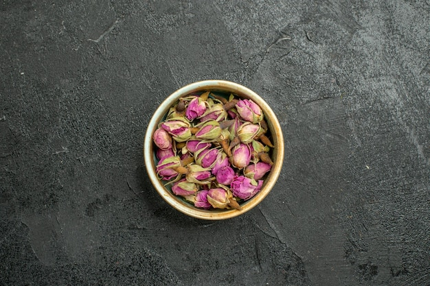 Vue de dessus des fleurs violettes à l'intérieur du pot sur fond noir