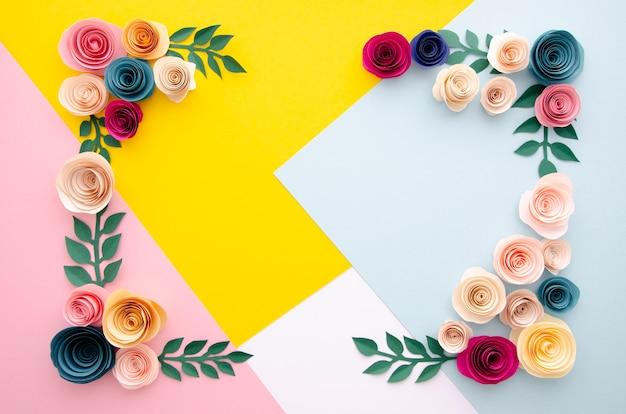 Vue de dessus fond multicolore avec cadre de fleurs