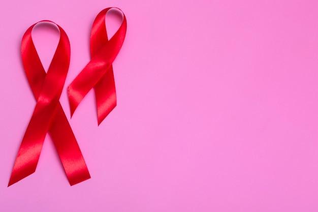 Vue de dessus sur fond rose avec concept de ruban rouge gros plan de la journée internationale du sida du 1er décembre.