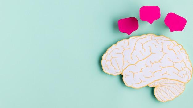 Vue de dessus en forme de cerveau en papier avec copie-espace