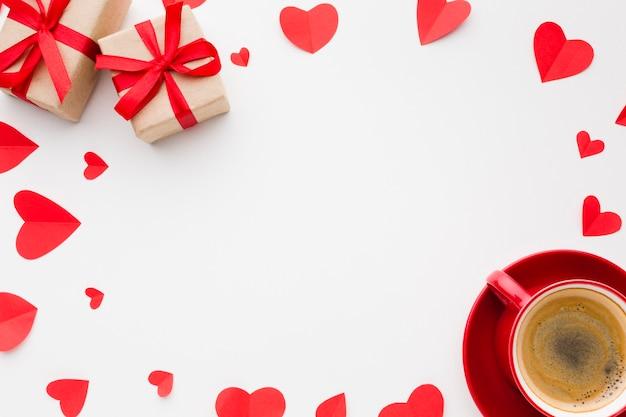 Vue de dessus des formes de coeur en papier et du café pour la saint-valentin
