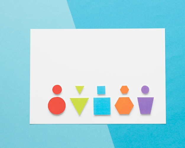 Vue de dessus des formes géométriques colorées avec espace de copie