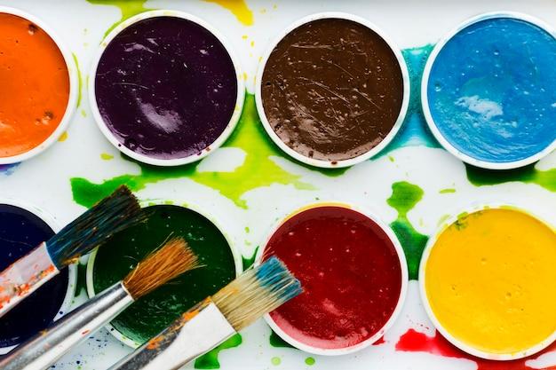 Vue de dessus des formes géométriques de peinture colorée