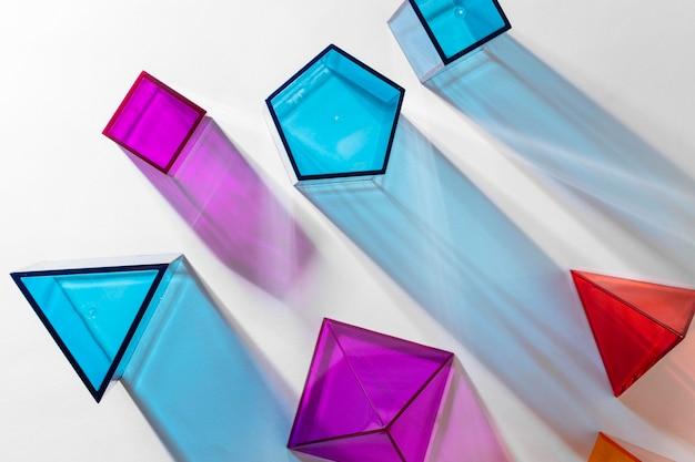 Vue de dessus des formes géométriques translucides colorées