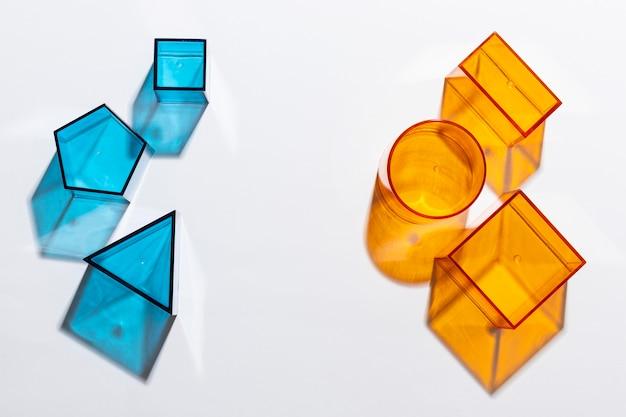 Vue de dessus des formes translucides colorées