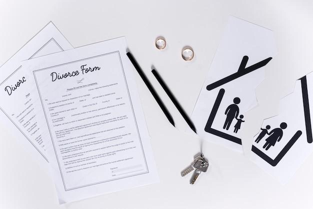 Vue de dessus des formulaires de divorce avec les clés de la maison et les alliances