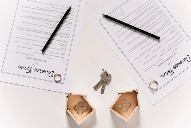 Vue de dessus des formulaires de divorce sur la table