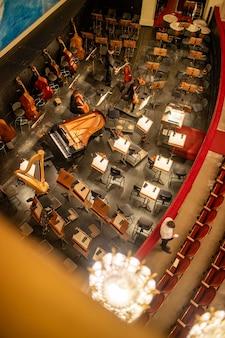 Vue de dessus de la fosse d'orchestre sans musiciens à l'intérieur de l'opéra national de vienne avant de commencer la représentation à vienne, en autriche.