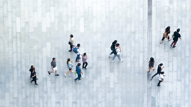 Vue de dessus la foule des gens à pied sur la rue commerçante piétonne de la ville.